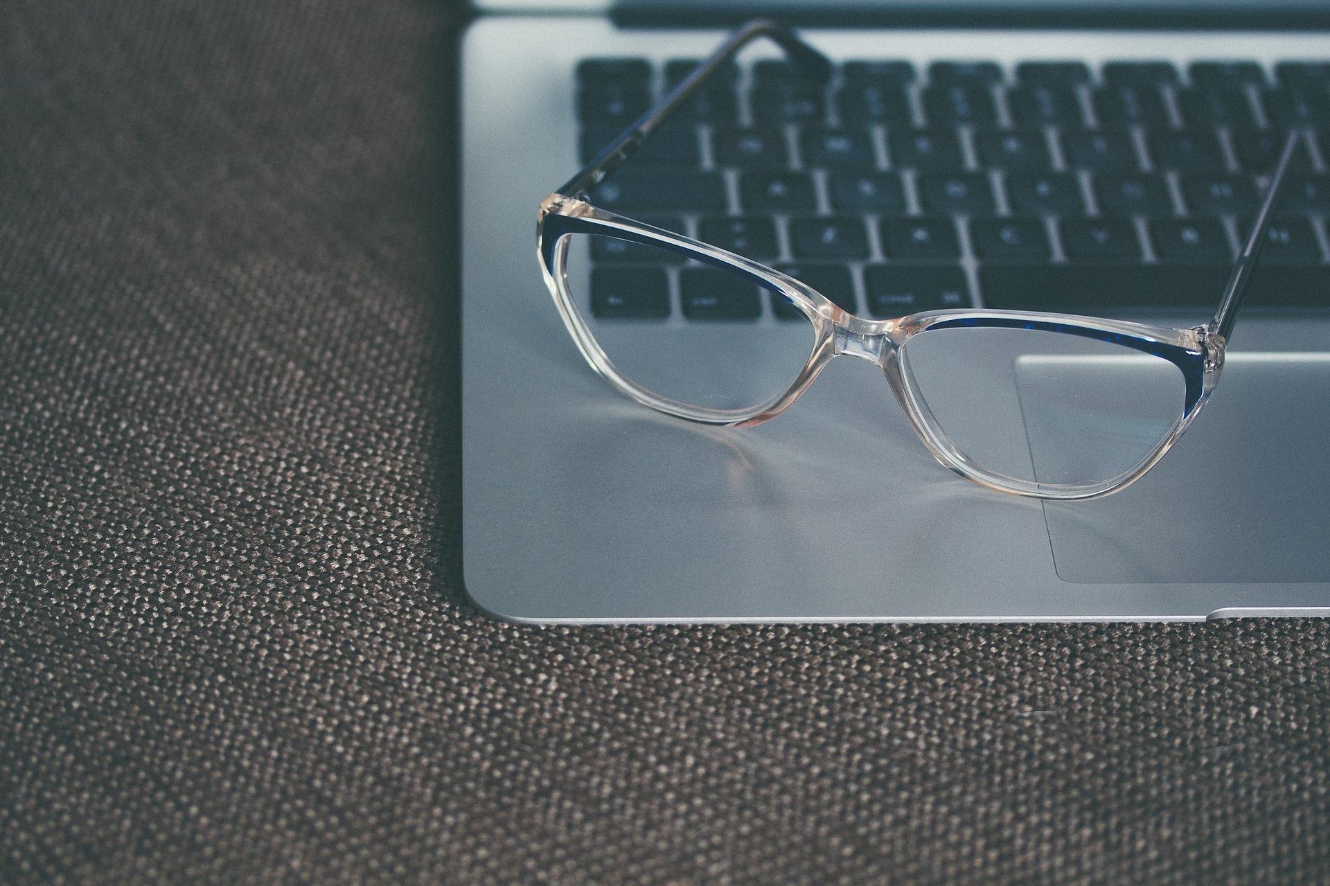 eyeglasses 1245879 1920 Como Ganar Dinero Chateando con Extranjeros Online Las Mejores Formas de Ganar Dinero