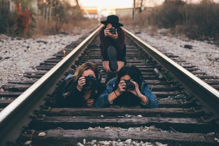 Foto de fotógrafos en las vías del tren.