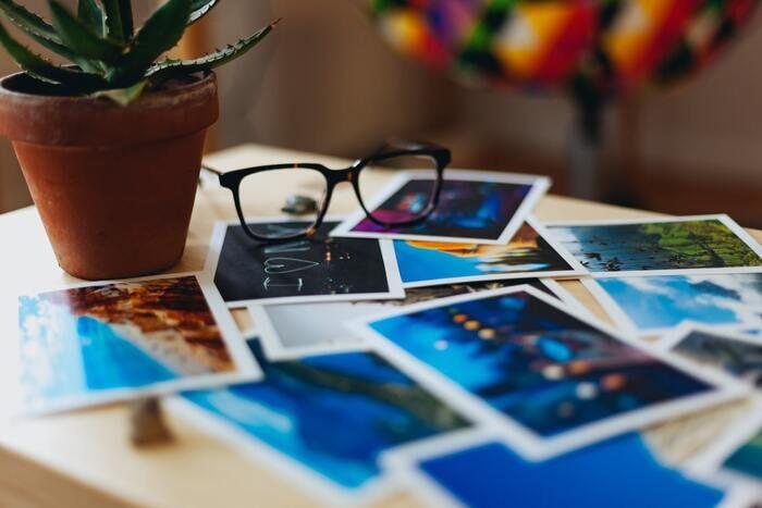 Impresiones fotográficas sobre una mesa