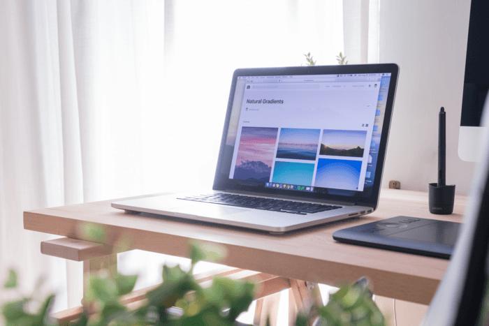 Foto de una computadora portátil en un escritorio