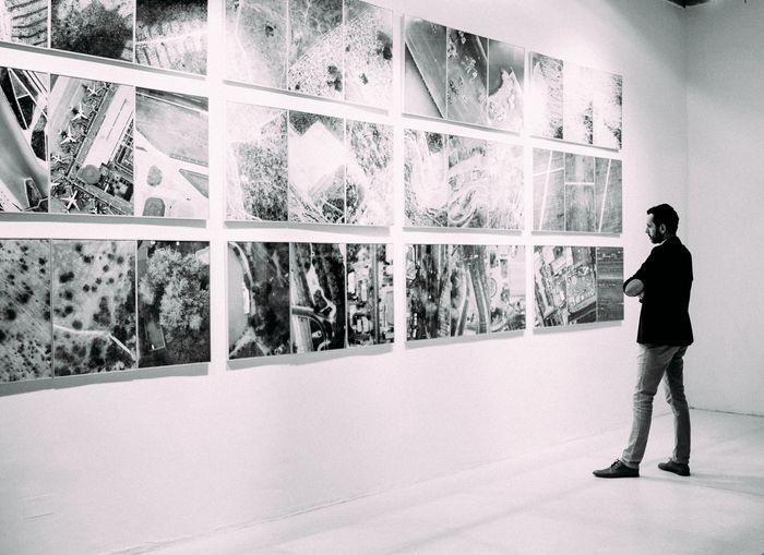 Foto de un chico mirando fotos en una galería.